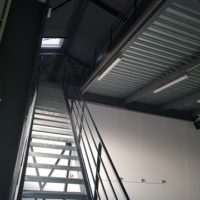 batiment industriel escalier droit métallique
